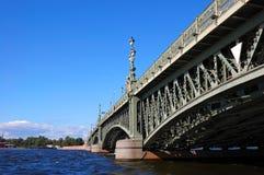 La belle passerelle par le fleuve Photos libres de droits