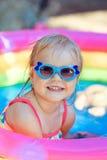 La belle petite fille dans la piscine photo libre de droits
