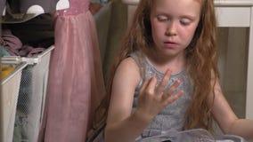 La belle petite fille met le maquillage sur le visage Enfants ? la mode clips vidéos