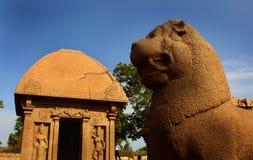 La belle pierre simple a sculpté le hall et le lion dans des rathas du mahabalipuram- cinq photos libres de droits
