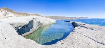 La belle piscine naturelle a découpé dans la roche Photographie stock