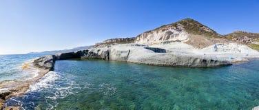 La belle piscine naturelle a découpé dans la roche Images libres de droits