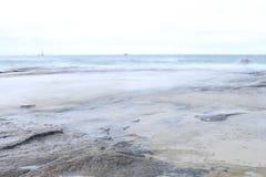 La belle plage pour le foyer mou avec le ƒ mou de ¹ de ciel et de blurà Photographie stock libre de droits