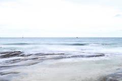 La belle plage pour le foyer mou avec le ƒ mou de ¹ de ciel et de blurà Image stock