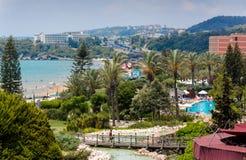 La belle plage près de l'hôtel de tourisme de Pegasos Photographie stock libre de droits