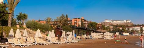La belle plage près de l'hôtel de tourisme de Pegasos Image libre de droits