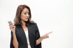 La belle position asiatique de femme de portrait, tiennent le téléphone, showin Photo stock