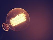 La belle rétro ampoule rougeoie Photo de style de vintage et f Images stock