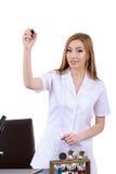 La belle scientifique de femme dans le laboratoire écrivent quelque chose Image libre de droits