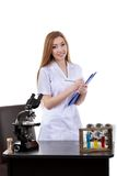 La belle scientifique de femme dans le laboratoire effectuent de diverses opérations Images libres de droits