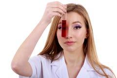 La belle scientifique de femme dans le laboratoire effectuent de diverses opérations Images stock