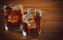 La belle soude pétillante froide de kola avec des cubes glacent Photographie stock