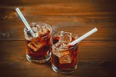 La belle soude pétillante froide de kola avec des cubes glacent Photo libre de droits