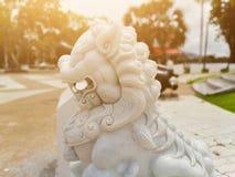 La belle statue blanche de lion a orné l'endroit photos stock