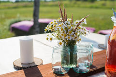 La belle table a placé avec des bougies et des fleurs pour une réception joyeuse d'événement, de partie ou de mariage Images libres de droits