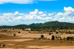 La belle terra e montagna naturali del paesaggio vedono l'alta vista Immagine Stock