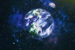 La belle terre et la lune - éléments de cette image meublés par la NASA Photo libre de droits