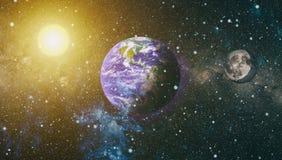 La belle terre et la lune - éléments de cette image meublés par la NASA Images stock