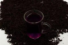 La belle toujours vie avec la tasse de thé et les pivoines avec le texte de motivation étant heureux ne sort jamais du style Vue  photographie stock