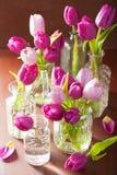 La belle tulipe pourpre fleurit le bouquet dans le vase Photos libres de droits