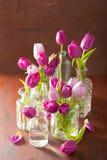 La belle tulipe pourpre fleurit le bouquet dans le vase Images libres de droits