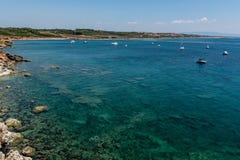 La belle turquoise voient avec plusieurs yachts Photo stock