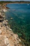La belle turquoise voient et des falaises Images libres de droits