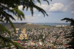 La belle ville de Tbilisi un regard avec le dessus toits photographie stock libre de droits