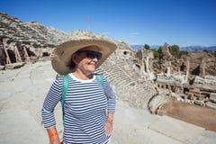 La belle voyageuse mûre de femme, s'assied sur les étapes de l'amphit Image libre de droits