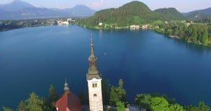 La belle vue aérienne du lac slovène a saigné dans les Alpes de Julians banque de vidéos