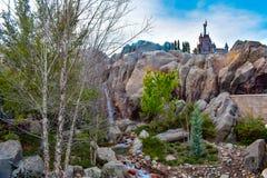 La belle vue de la cascade et du château de bête soit notre restaurant d'invité dans le royaume magique chez Walt Disney World image libre de droits