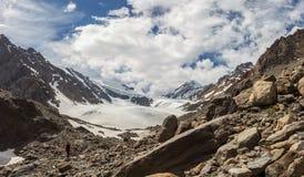 La belle vue de l'des montagnes aménagent en parc dans Altai Images libres de droits