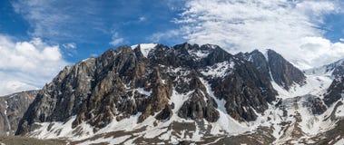 La belle vue de l'des montagnes aménagent en parc en montagnes d'Altai Photographie stock libre de droits