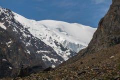 La belle vue de l'des montagnes aménagent en parc en montagnes d'Altai Images libres de droits