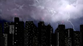 La belle vue des boulons de foudre frappent le dessus des bâtiments les plus grands, ville Images stock