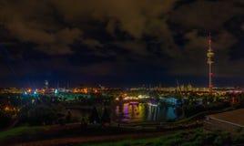 La belle vue du parc olympique la nuit photographie stock libre de droits