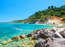 La belle vue sur la pierre de Zakynthos et le sable échouent, les roches en pierre, natation et des personnes de grillage sur la  Image libre de droits