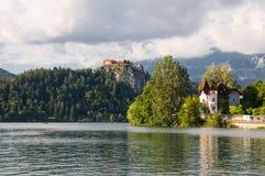 La belle vue vers le château et le lac a saigné, ville Bled, Slovénie Photos stock