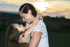 La belles mère et fille dans le coucher du soleil exposent au soleil des faisceaux Photographie stock