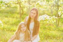 La belles mère et fille dans une floraison font du jardinage au printemps Photos stock