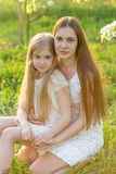 La belles mère et fille dans une floraison font du jardinage au printemps Photographie stock