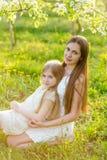 La belles mère et fille dans une floraison font du jardinage au printemps Photo libre de droits