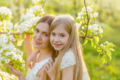 La belles mère et fille dans une floraison font du jardinage au printemps Photo stock
