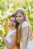 La belles mère et fille dans une floraison font du jardinage au printemps Photos libres de droits