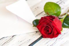 la belles rose de rouge et enveloppe de lettre aiment le jour du ` s de valentine Images libres de droits