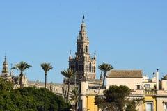 La belleza única de la torre de Giralda nunca consigue inadvertida en Sevilla Imagenes de archivo