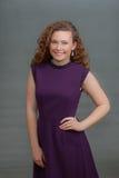 La belleza adolescente en vestido púrpura observa adelante Imagenes de archivo