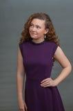 La belleza adolescente en vestido púrpura observa para arriba Foto de archivo libre de regalías