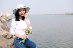 La belleza causual descuidada libre disfruta de buen tiempo al lado de un control de la playa del río del océano del lago al mano Fotos de archivo libres de regalías