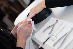 La belleza clava el amo de la manicura en el trabajo. Foto de archivo